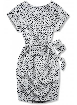 Rochie albă cu buline și o geantă mică în talie